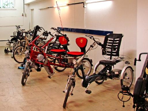 Dreirad Fuhrpark bereit für kostenlose Probefahrten - in der Halle, dem firmeneigenen Parkplatz mit Testrampe
